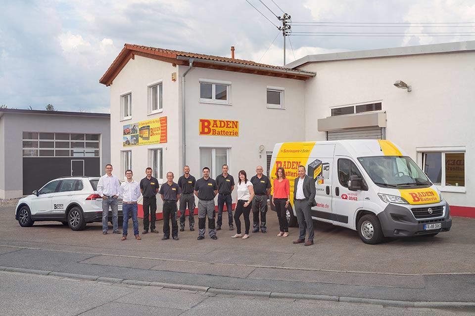 Team-Foto von einem Firmengebäude