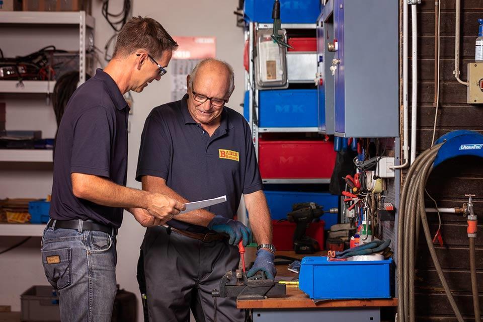 Foto von 2 Mitarbeitern in einer Werkstatt