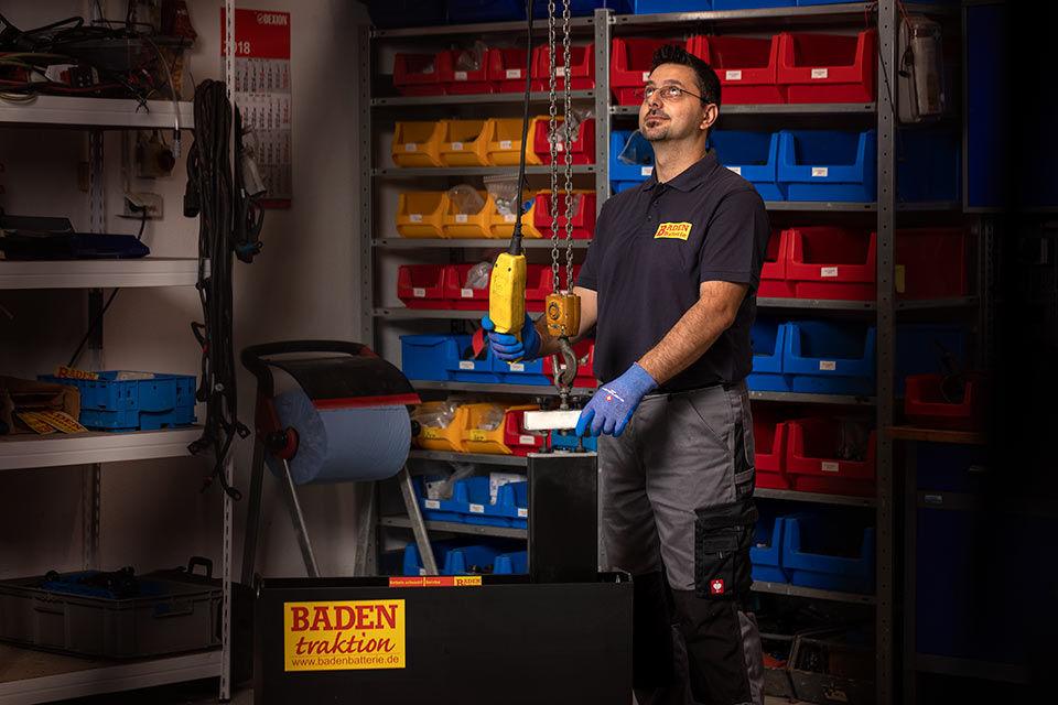 Foto eines Mitarbeiters in einer Werkstatt