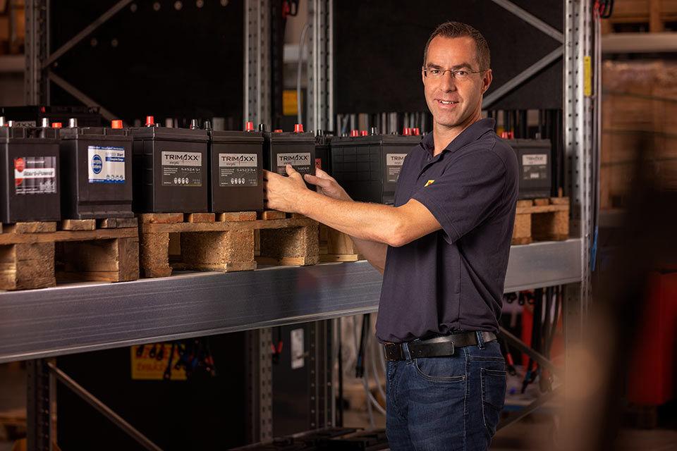 Foto eines Mitarbeiters in einem Batterielager