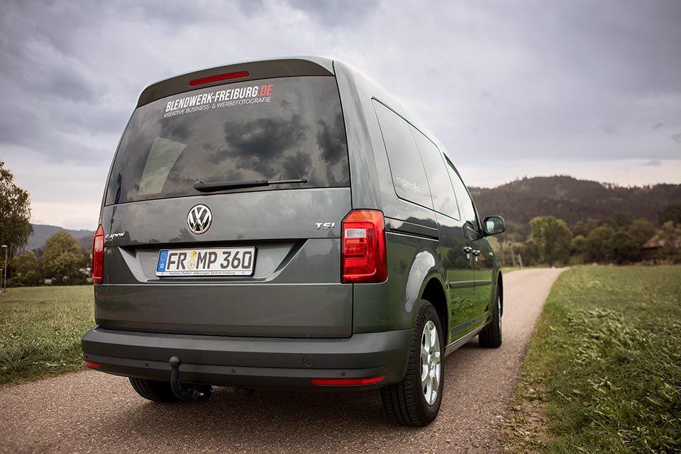 Foto eines VW Caddy mit Fahrzeugbeschriftung