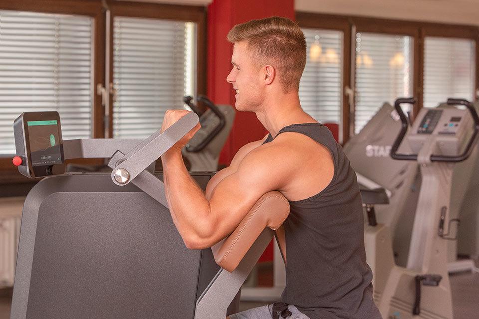 Foto im Fitnessstudio mit Kunde am Gerät