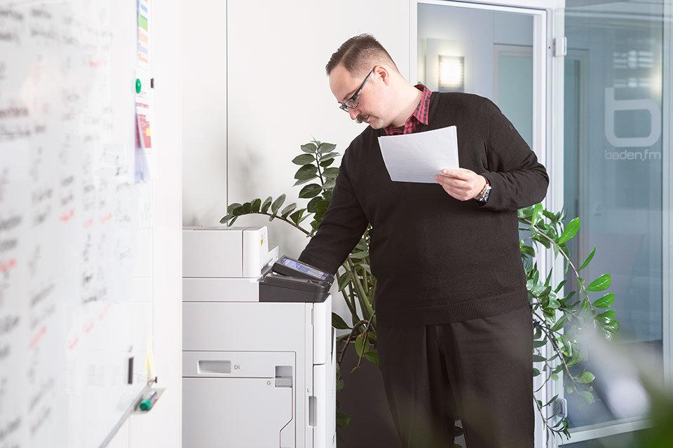 Foto eines Mitarbeiters am Tintenstrahldrucker von Epson