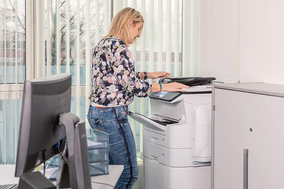 Foto einer Mitarbeiterin am Tintenstrahldrucker von Epson