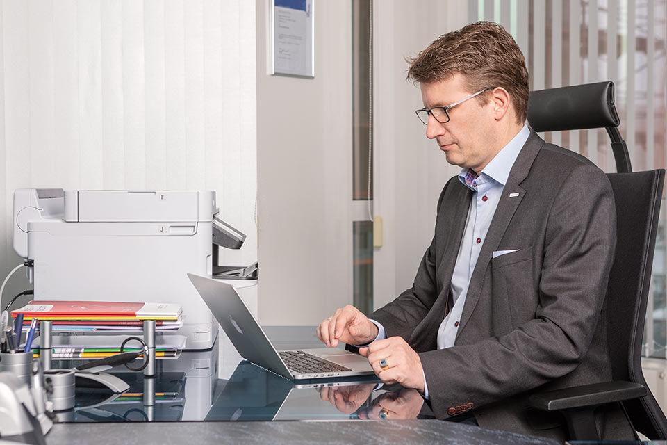Foto eines Geschäftsführers am Tintenstrahldrucker von Epson