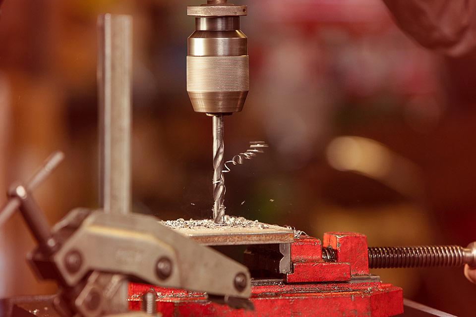 Foto einer Metall-Bohrmaschine