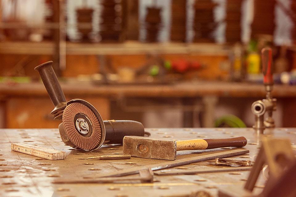Foto eines Winkelschleifers in einer Werkstatt