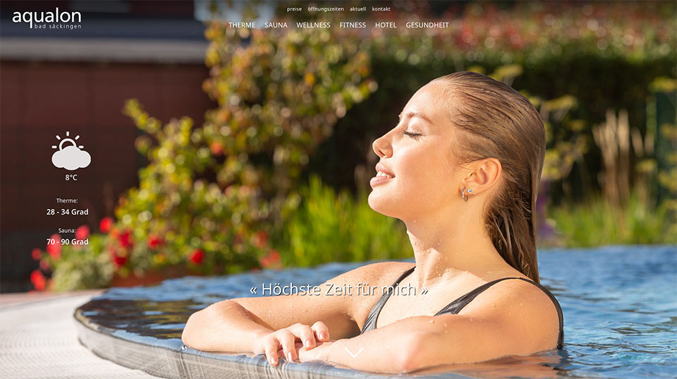 Screenshot einer Website mit Foto einer Frau am Pool