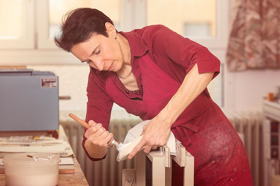 Foto einer Buchbinderin bei der Arbeit