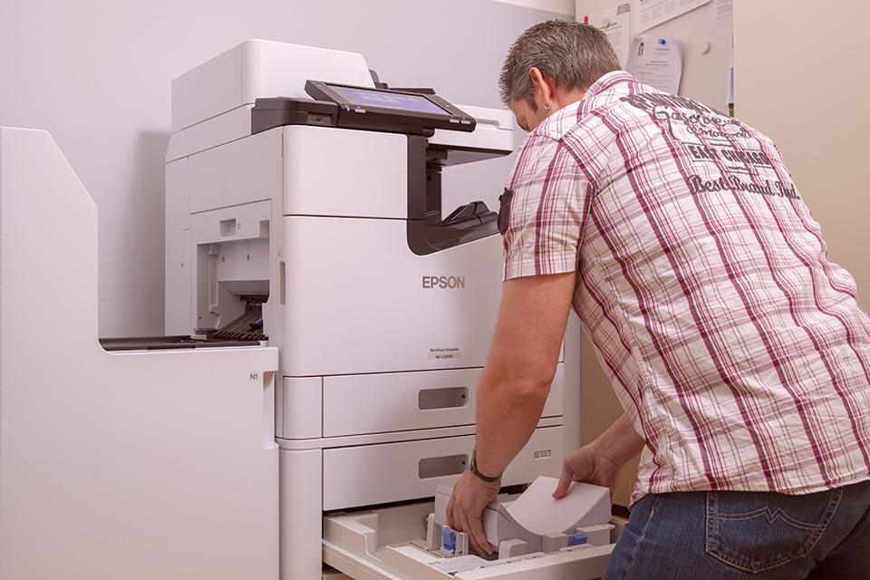 Lehrer am Drucker von Epson